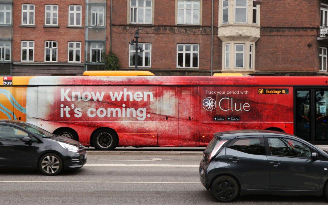 Convierten un autobús en un tampón gigante